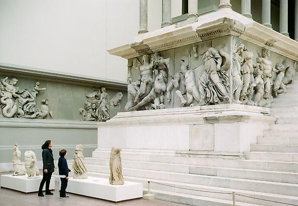 Thomas Struth, Pergamon museum VI, Berlin, 2001 - grand autel de Pergame, 165-150 av. J.-C. © galerie Marian Goodman