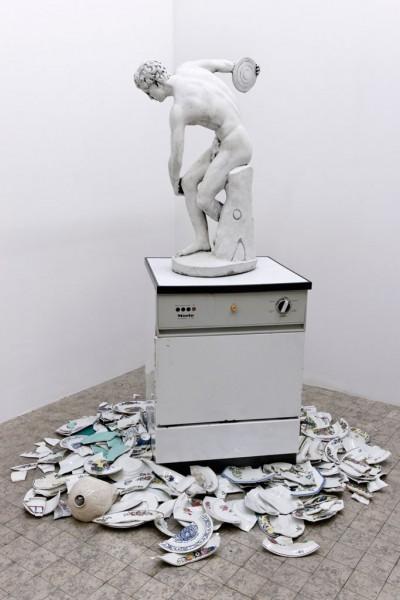 Présence Panchounette, L'art à tout casser, 1990, Paris, MAMVP - d'après le Discobole de Myron, vers 450 av. J.-C. © Semiose galerie