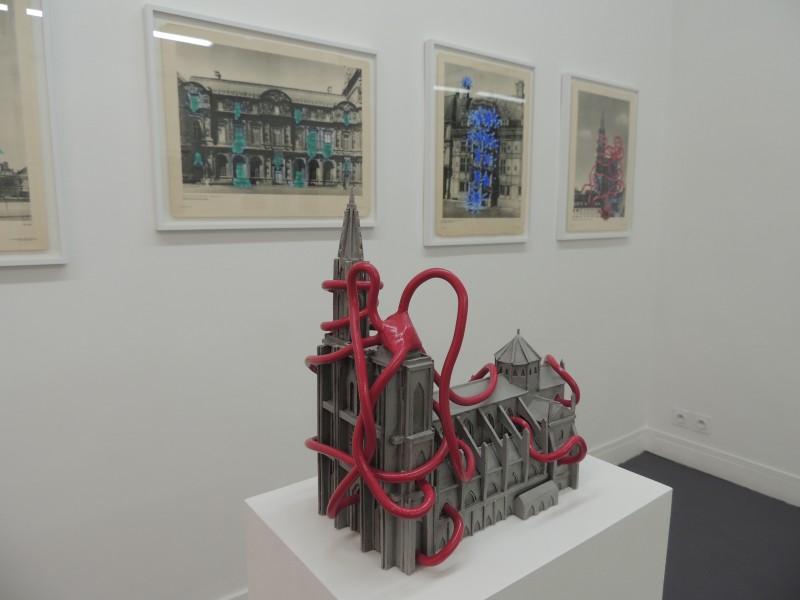 Vue de l'exposition Tentatives, métaphores et autres disgressions, galerie Sator, mars 2015. Au premier plan : La cathédrale de Strasbourg submergée par l'émotion (2014)