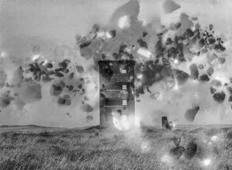 Julian Charrière, Polygon II, 2015, photographie noir et blanc, double exposition sur papier baryte, strates thermonucléaires, 150 x 180cm -® Julian Charrière. Courtoisie de la galerie