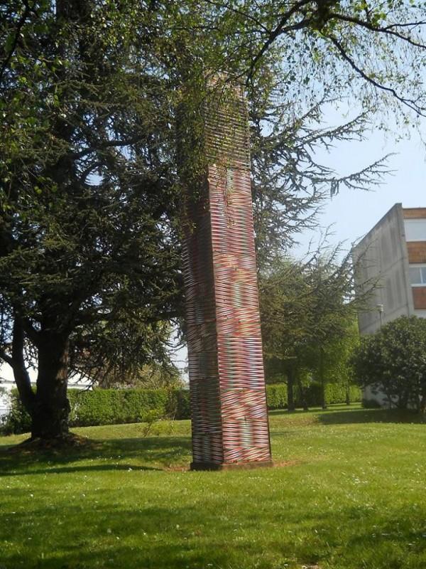 Carlos Cruz-Diez, Colonne Chromointerférente (œuvre détruite en 2014), collège des Gondoliers, La Roche-sur-Yon. Photo : William Chevillon. Fondation Cruz-Diez